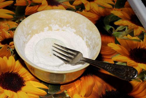Жарим кабачки: Обваливаем кабачки в муке