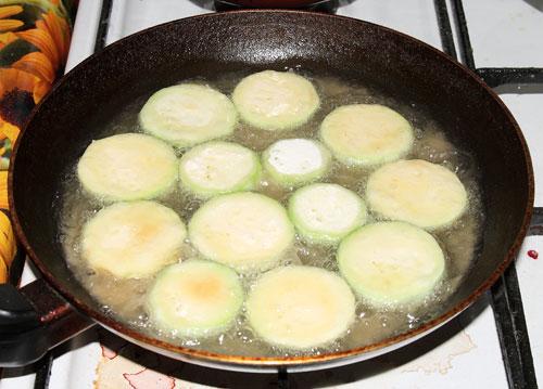 Жарим кабачки: Выкладываем кабачки на сковородку