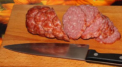 Тушеная капуста: Режем колбаску