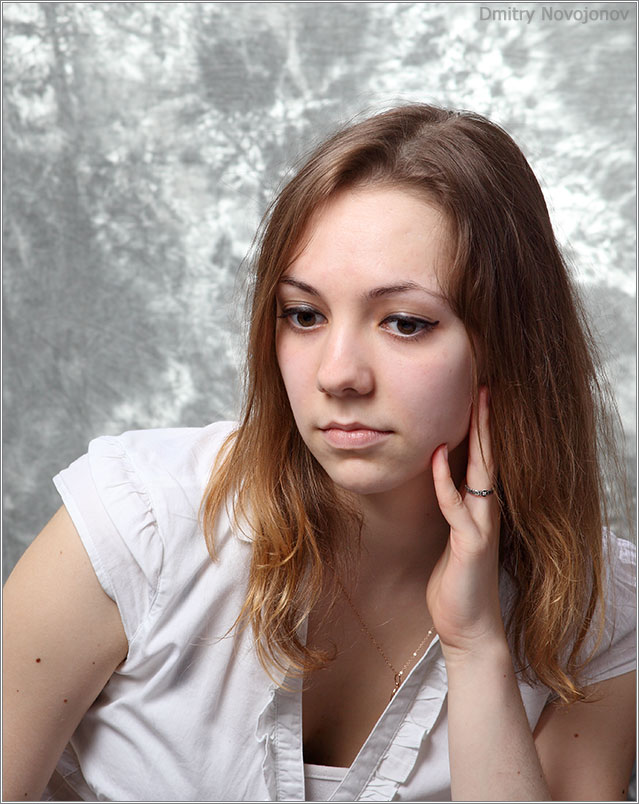 Дочь : Задумалась девочка о чем-то своем, детско-женско-взрослом (Фотограф Дмитрий Новоженов)
